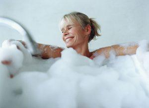 Dicas para deixar o banho na banheira ainda mais relaxante