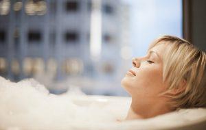 Todos nós precisamos ter momentos relaxantes para distrair a mente. Tenha uma spa em casa para relaxar quando quiser! Acesse para saber mais!