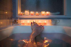 Para ter um ambiente confortável com banheira, é preciso ter atenção às medidas e formato na hora de comprar a hidromassagem. Acesse para saber mais!